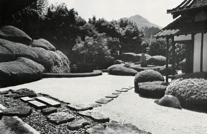 Using mimesis, the conceptual bond between the rock in the garden and the mountain beyond is strengthened. Raikyu-ji, Bitchu-Takahashi