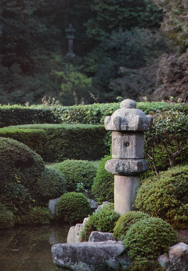Positioning a second stone lantern on the far side of the ravine establishes a line that draws the interior space to the hillside, and the hillside to the temple's garden. Joju-in, Kyoto