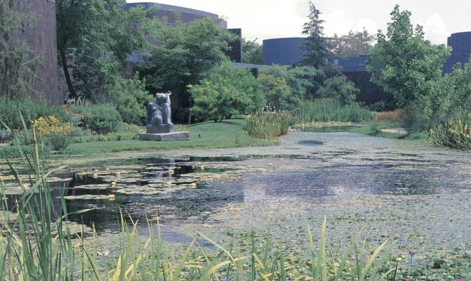 The central pond with the Norton Simon Museum galleries beyond; Aristide Maillol's La Montagne sits at the left edge of the pond