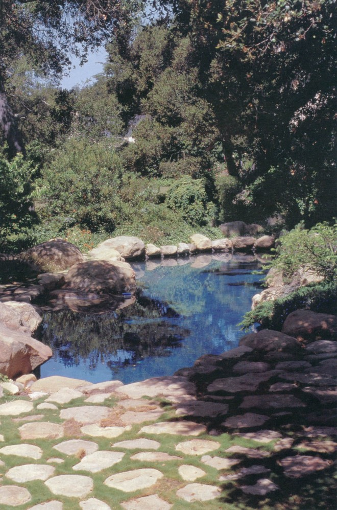 Surrounded by natural boulders, the Lovelace swimming pool seems to belong to the site. Author's photographs, except as noted
